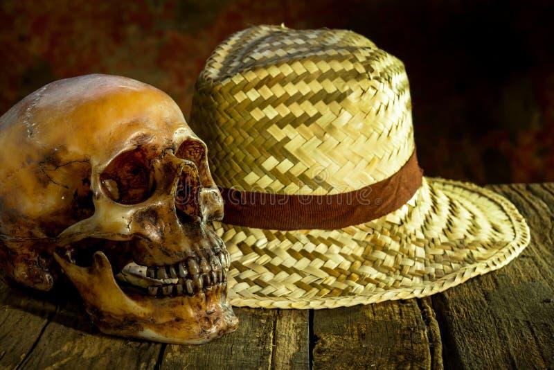 La vie toujours avec un crâne et un chapeau photographie stock