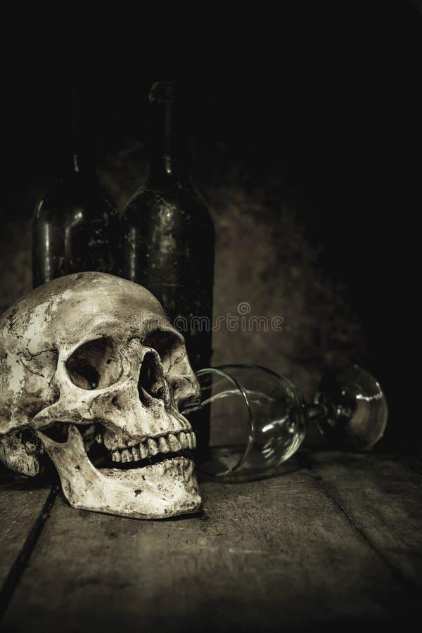 La vie toujours avec un crâne et un verre images stock