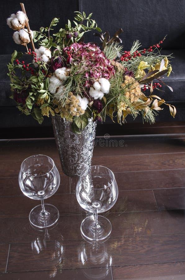 La vie toujours avec un vase argenté et un bouquet lumineux et deux verres de vin photos libres de droits