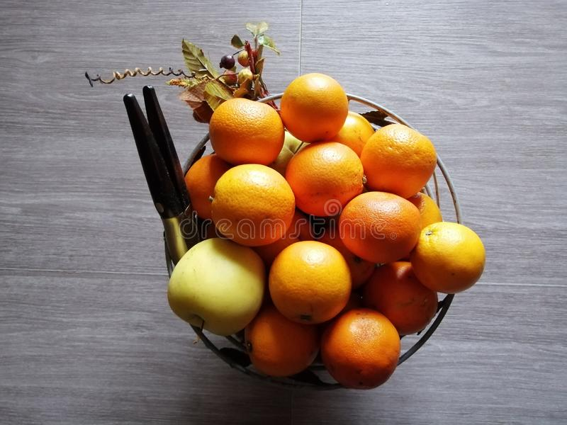 La vie toujours, corbeille de fruits sur la table photos stock