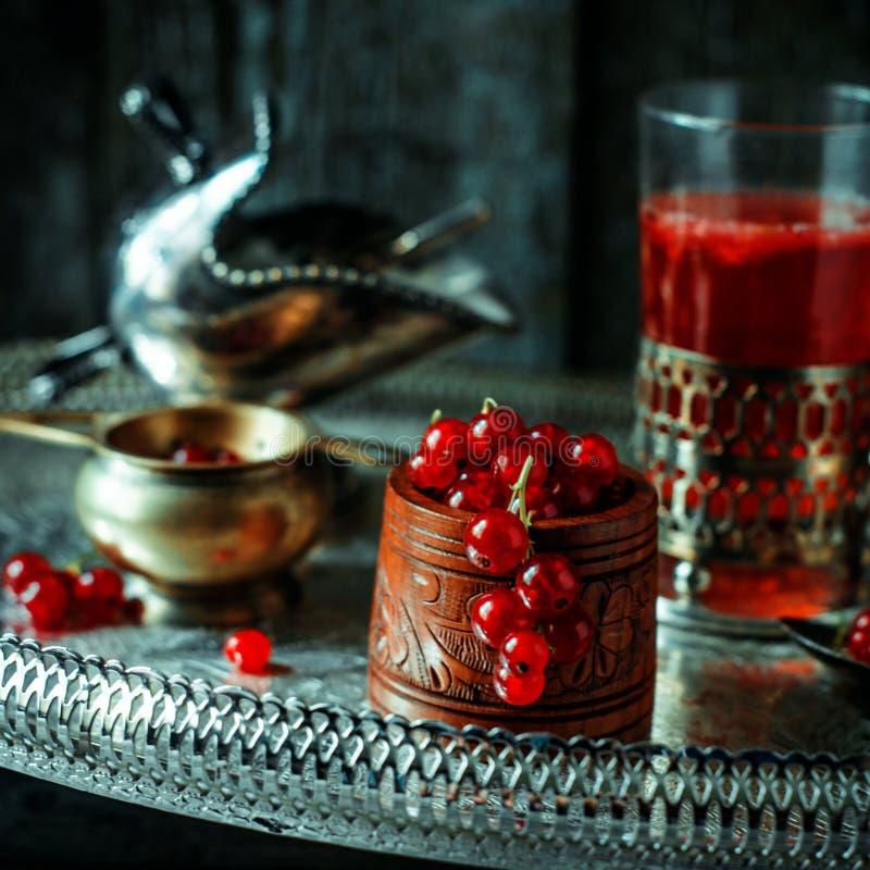 La vie toujours dans le style royal de cru Fermez-vous vers le haut du courant rouge dans la cuvette et le thé en bois ou la frui photographie stock libre de droits