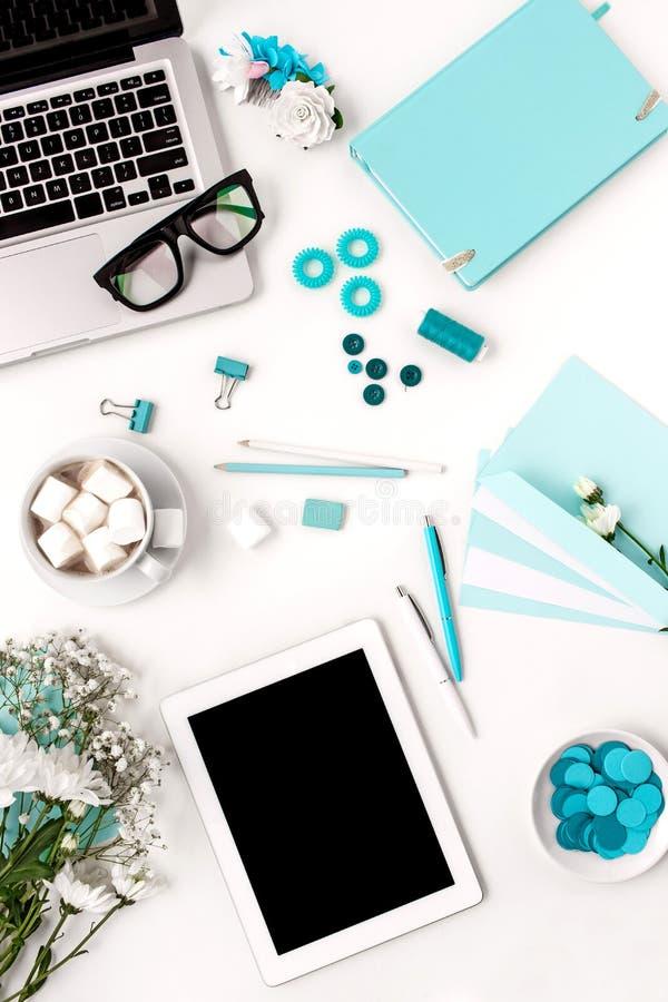 La vie toujours de la femme de mode, objets bleus sur le blanc photo libre de droits