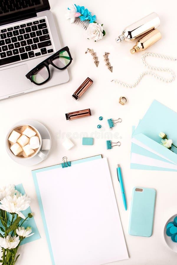 La vie toujours de la femme de mode, objets bleus sur le blanc photo stock