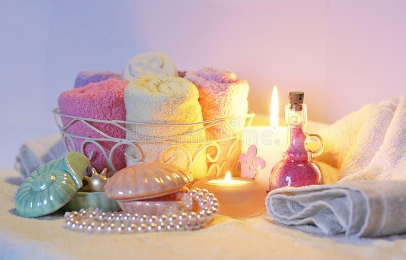 La vie toujours des accessoires, des ustensiles et des nécessités de salle de bains photos stock