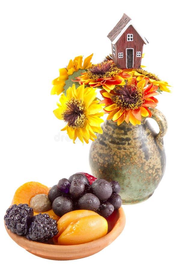 La vie toujours des fleurs, des baies et du fruit de tournesols images libres de droits