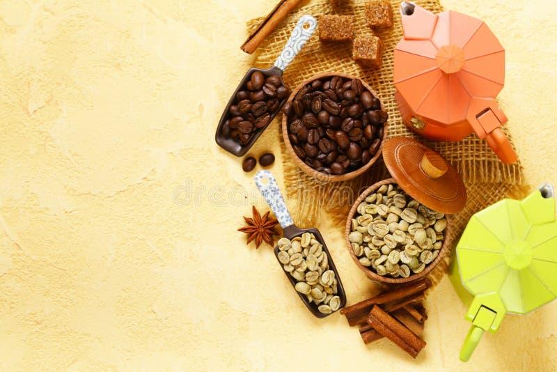 La vie toujours des haricots de café - et des épices verts et bruns photo stock