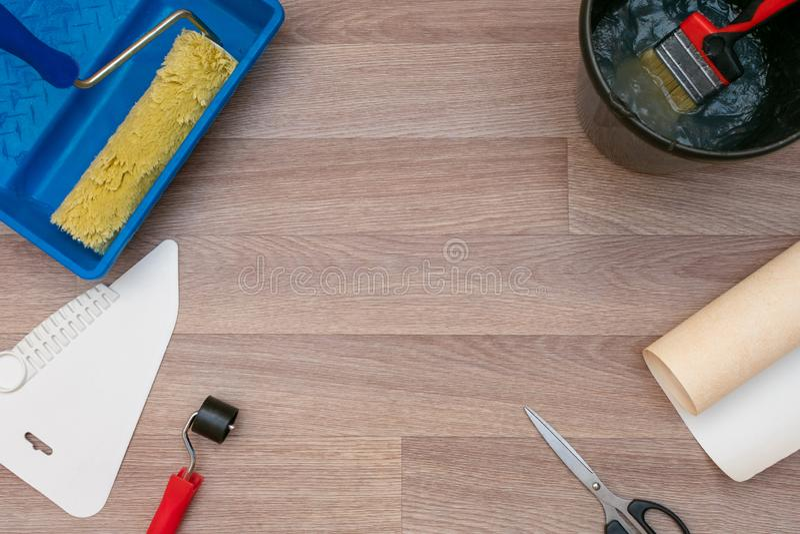 La vie toujours des rouleaux de papier peint et de différents outils pour wallpapering R?parations ? la maison photos stock