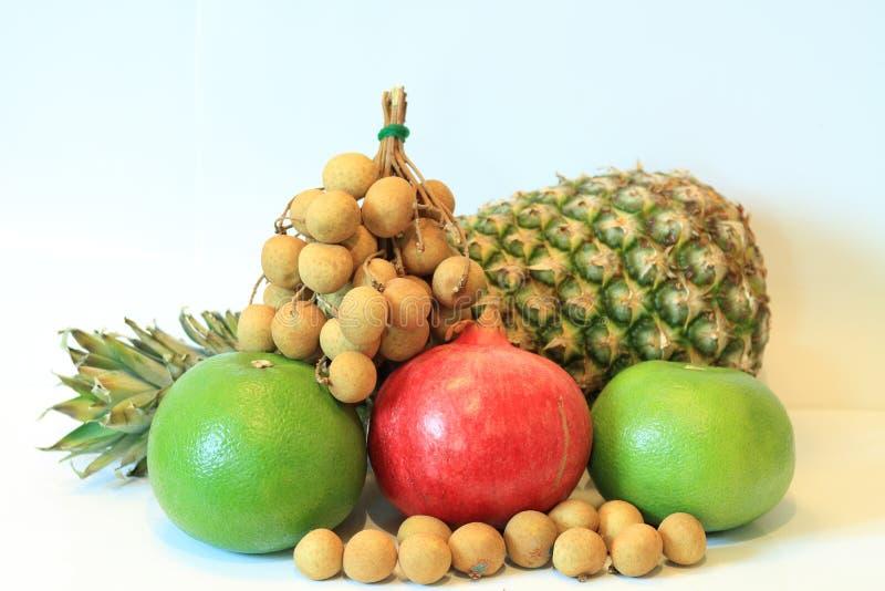 La vie toujours du fruit appétissant, ananas, grenade, citron, pomme, poire, kiwi, pamplemousse, longan, long-kong image stock
