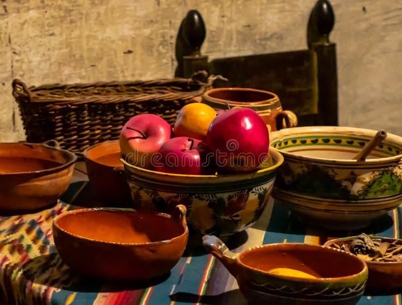 La vie toujours du fruit et des cuvettes espagnoles photographie stock