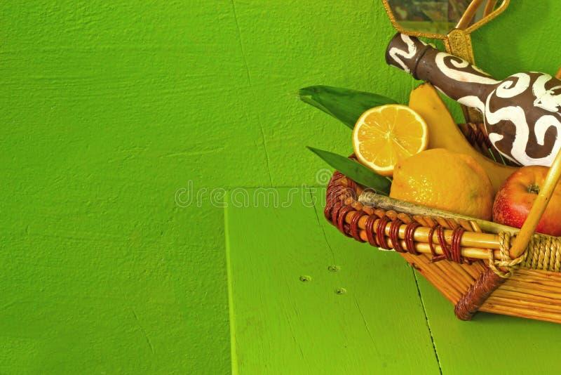 La vie toujours du fruit sur un fond vert photographie stock