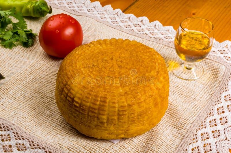 la vie toujours - fromage national d'Adyghe fait maison sur un tissu tissé, avec Basil, tomate, huile de sésame, poivre de piment photo libre de droits