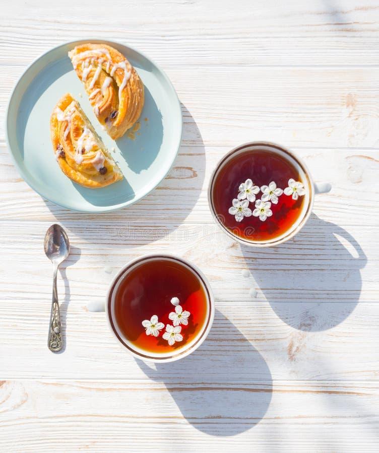 La vie toujours - tasses de thé et de petit pain images stock