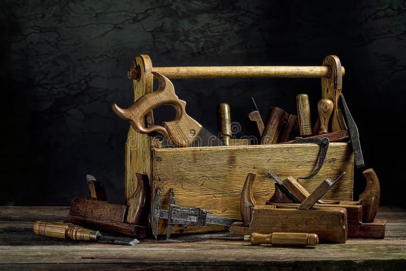 La vie toujours - vieille boîte à outils en bois image stock