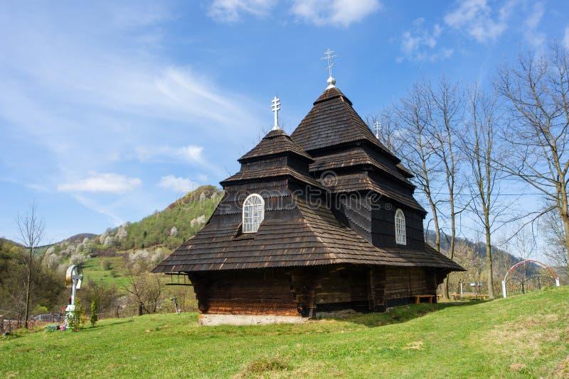 La vieille église en bois unique dans le village Uzhok l'ukraine photo libre de droits