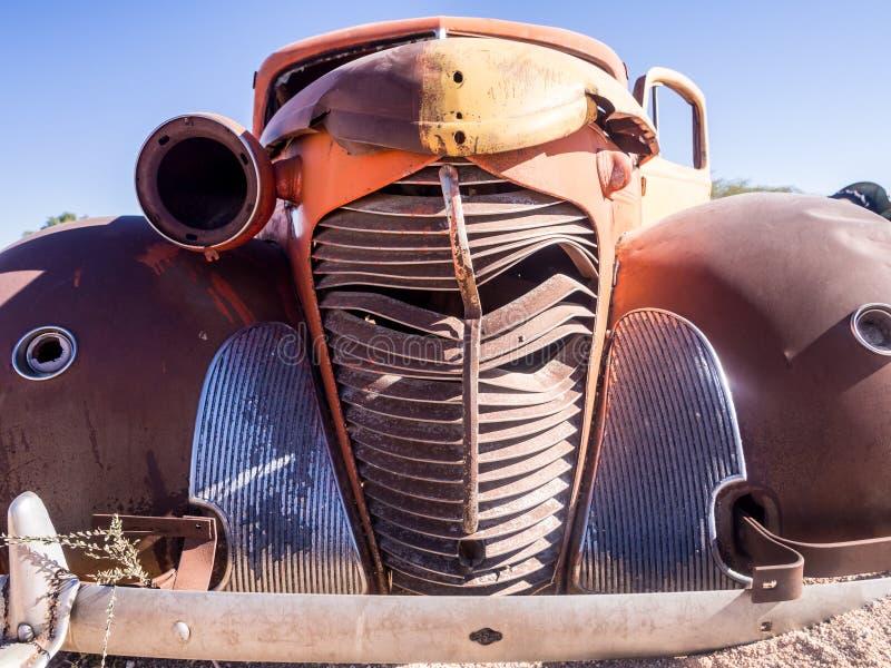 La vieille épave de voiture est partie sur le désert de Namib, Namibie photos stock