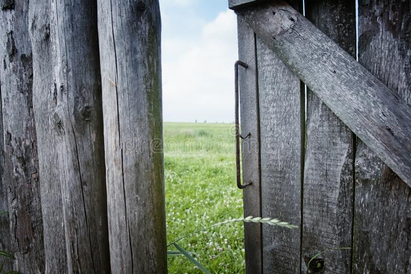 La vieille barrière à une ferme dans le village, les portes et les barrières dans le riz cultivent photo libre de droits