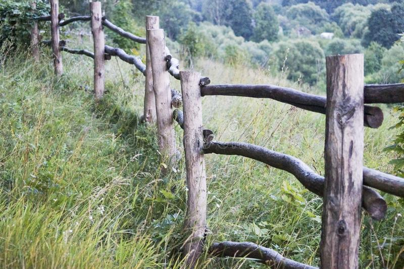 La vieille barrière dans le village pendant l'été engazonnent au soleil images libres de droits