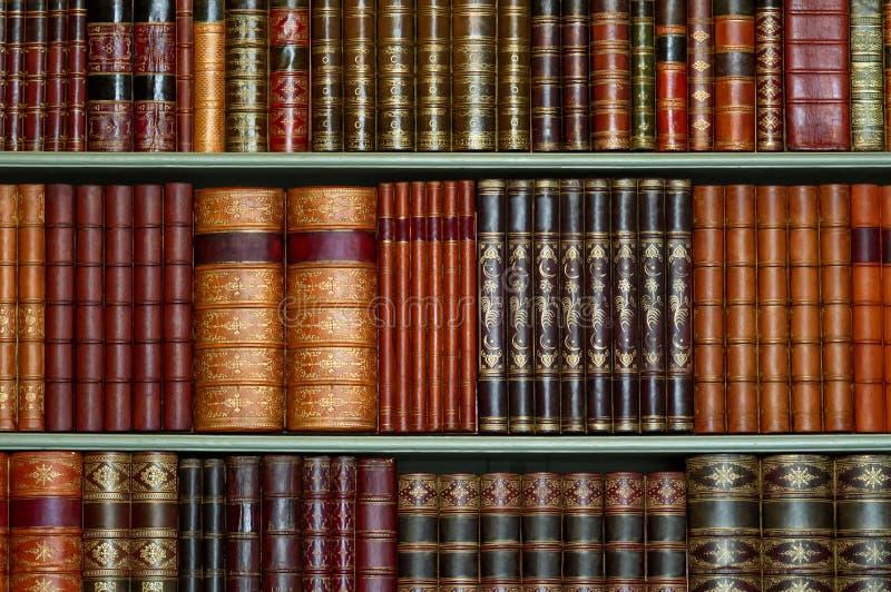 La vieille bibliothèque de la couverture dure de vintage réserve sur des étagères photographie stock