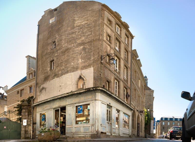La vieille bibliothèque traditionnelle Septentrion à un coin de la vieille ville dans Saint Malo, France images libres de droits