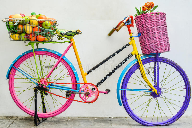 La vieille bicyclette colorée images libres de droits