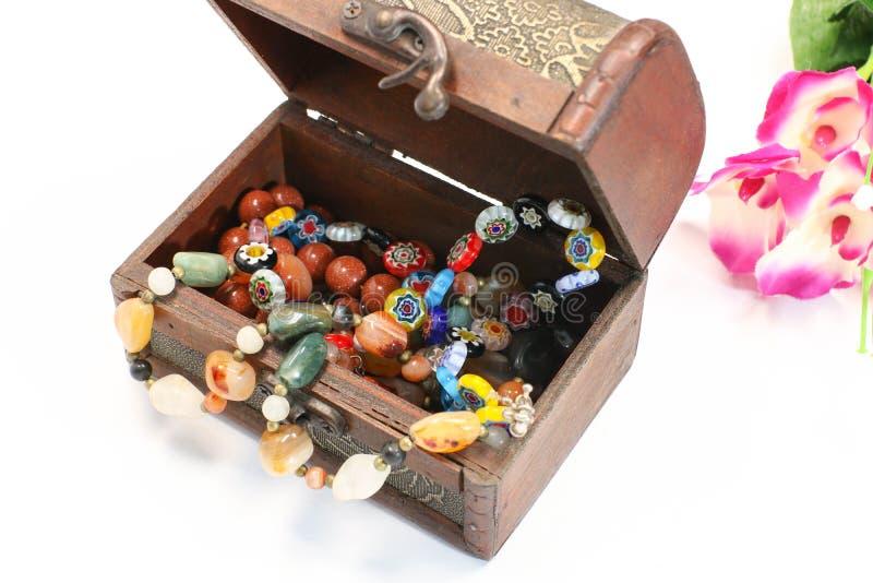 La vieille boîte de bijoux ouverts avec la pierre perle la collection de souvenir sur le fond blanc images libres de droits