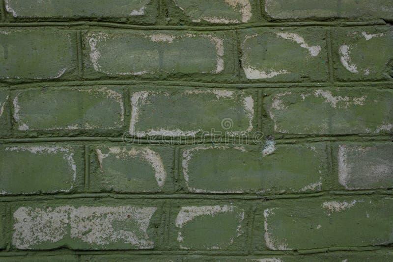 La vieille brique peinte a ?pluch?, a surv?cu de temps en temps a ?br?ch? et plan rapproch? accentu? ?raill? photographie stock libre de droits