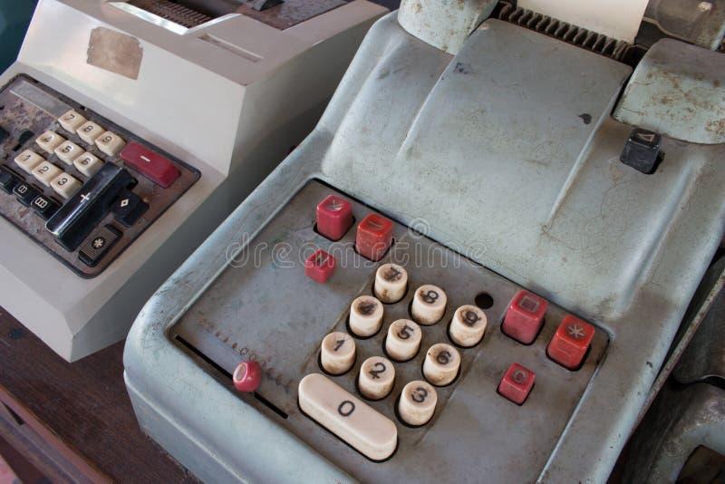 La vieille caisse enregistreuse antique, les machines à calculer ou l'antiquité calculent images stock