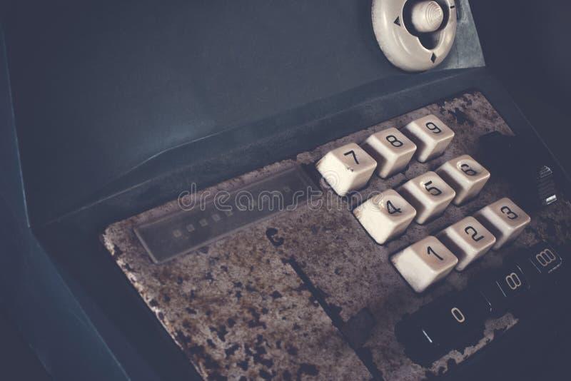 La vieille caisse enregistreuse antique, les machines à calculer ou l'antiquité calculent dans la vieille épicerie photographie stock libre de droits