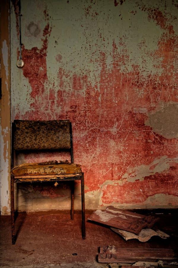 La vieille chaise, endroit perdu image stock