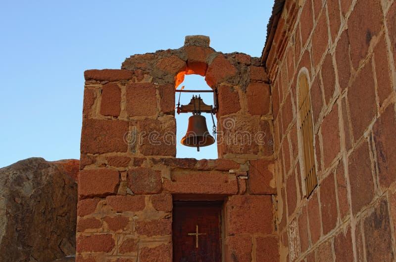 La vieille cloche de l'église de la trinité sainte sur le dessus du bâti Horeb, Gabal Musa, Moses Mount de mont Sinaï photographie stock libre de droits
