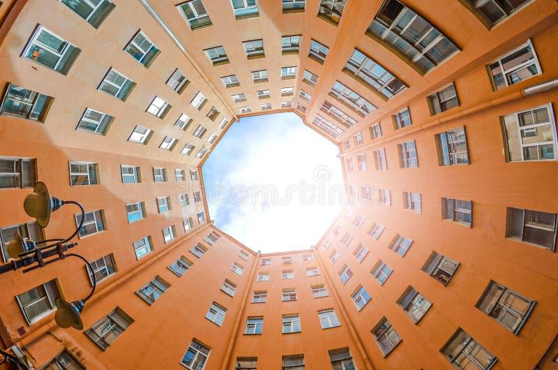 La vieille cour de la maison est le ciel et la lumière du soleil à St Petersburg image libre de droits
