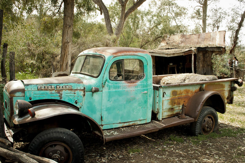 La vieille diminution des effectifs s'est rouillée camion de turquoise images stock