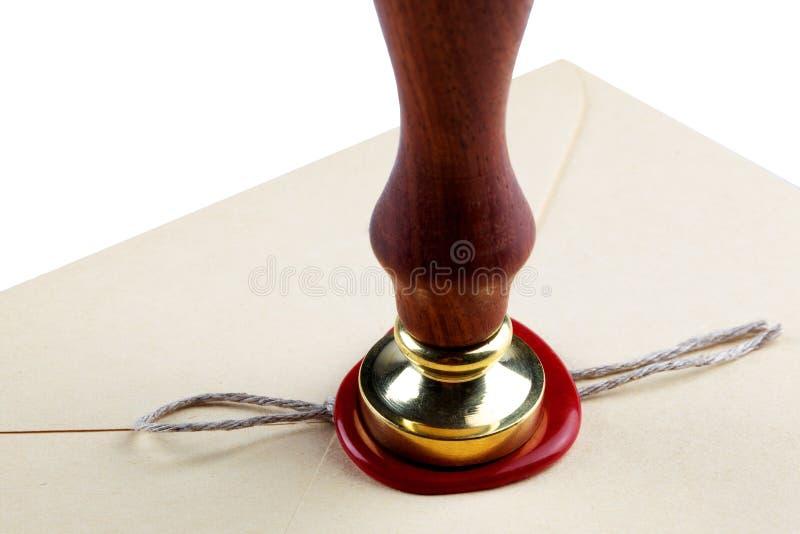 La vieille enveloppe de courrier avec le joint rouge de cire emboutit image stock