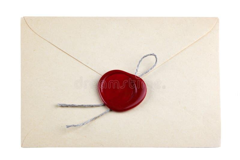 La vieille enveloppe de courrier avec le joint rouge de cire emboutit images stock