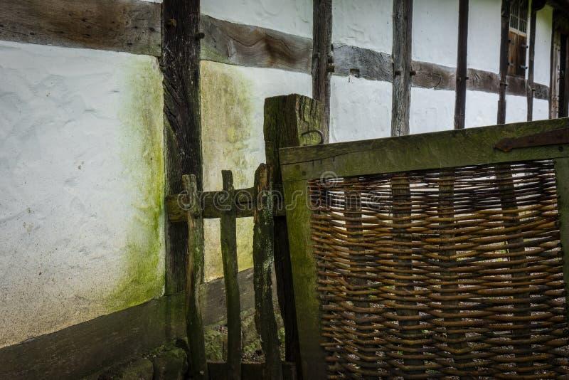 La vieille et en bois barrière d'une basse cour images stock