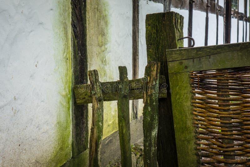 La vieille et en bois barrière d'une basse cour photo stock