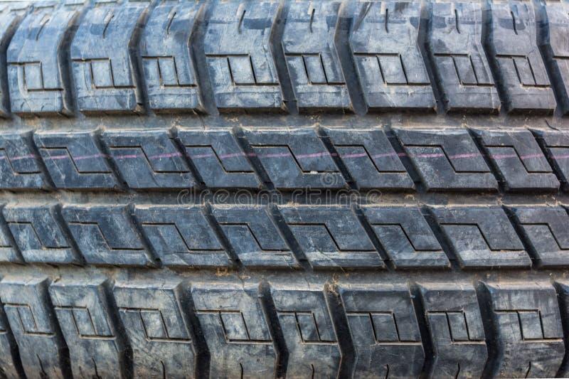 La vieille et sale voiture d'occasion fatigue la texture Fermez-vous vers le haut des piles de vieux pneus image libre de droits