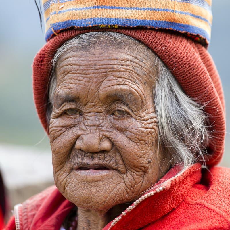 La vieille femme d'ifugao dans la robe nationale, se ferment  Terrasses Banaue, Philippines de riz images libres de droits