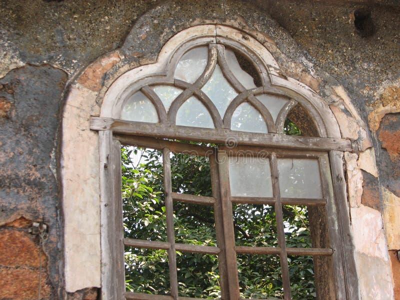 La vieille fenêtre avec la terre cuite a couvert de tuiles le toit Détails architecturaux de Goa, Inde photo stock