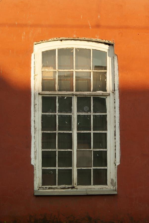La vieille fenêtre dans le mur rouge photos stock