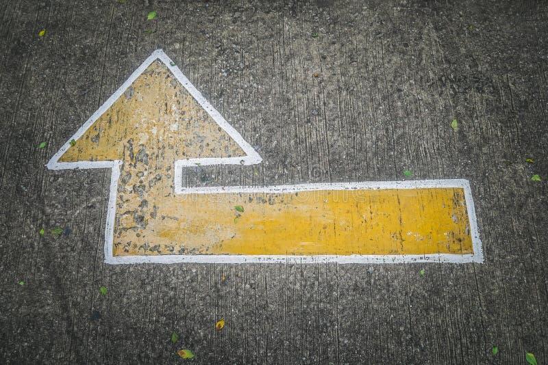 La vieille flèche se connectent le plancher ou le stationnement de route images stock