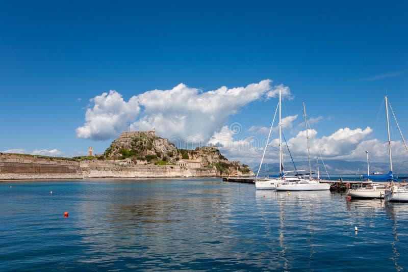 La vieille forteresse dans la ville de Corfou avec des voiliers, île de Corfou image stock