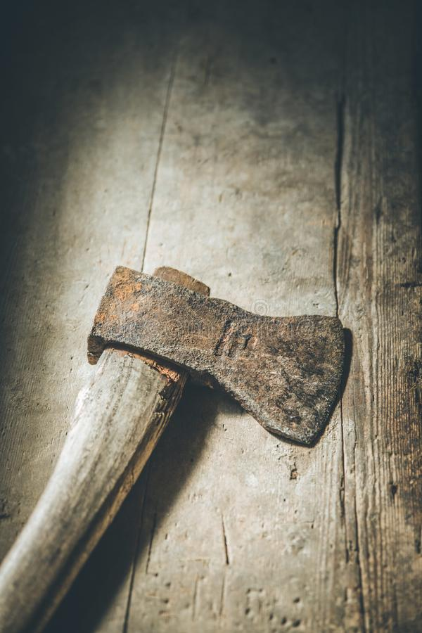 La vieille hache rouill?e se trouve sur le plancher en bois rustique photographie stock libre de droits