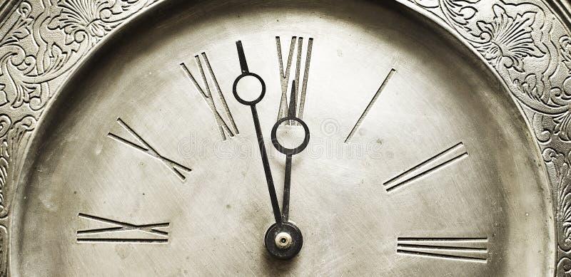 La vieille horloge argentée avec les nombres romains l'indiquant a lieu au sujet de temps photographie stock libre de droits