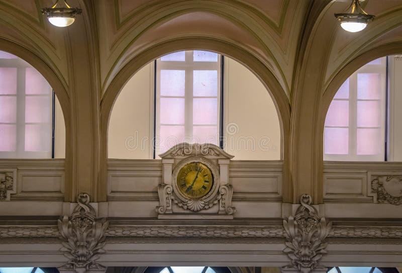 La vieille horloge du musée Museu de café font l'ancien café de café la bourse des valeurs que construisant Bolsa font le café -  images libres de droits