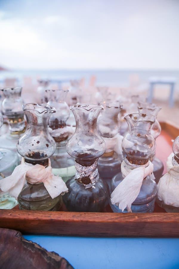 La vieille huile les lampes qu'en verre avec des difficultés de DIY ont recueilli sur le Tableau sur le Grec soit photographie stock