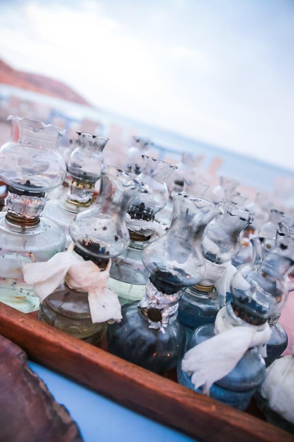La vieille huile les lampes qu'en verre avec des difficultés de DIY ont recueilli sur le Tableau sur le Grec soit image libre de droits