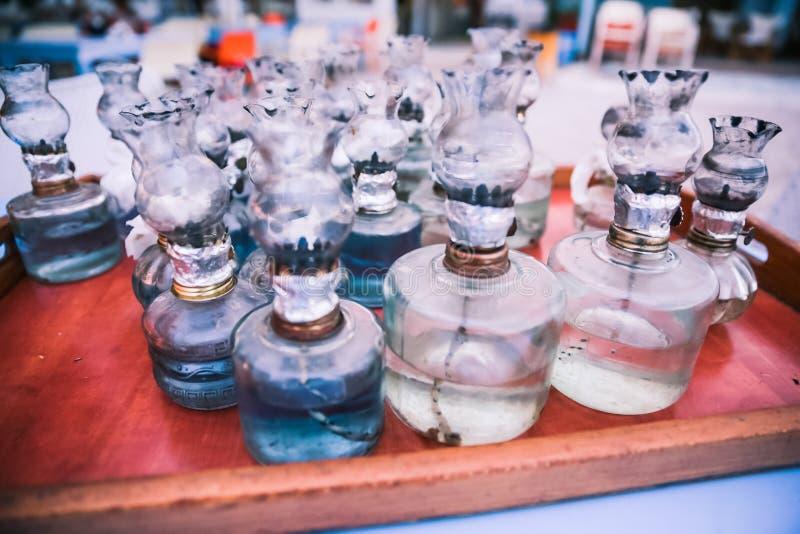 La vieille huile les lampes qu'en verre avec des difficultés de DIY ont recueilli sur le Tableau sur le Grec soit photos libres de droits