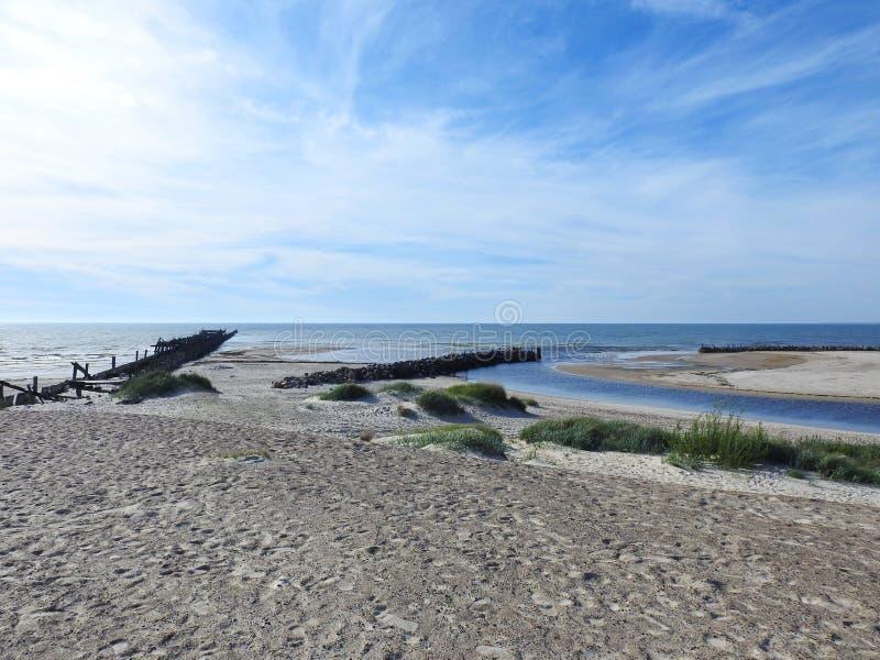 La vieille jetée reste près de la mer baltique, Lithuanie photos libres de droits