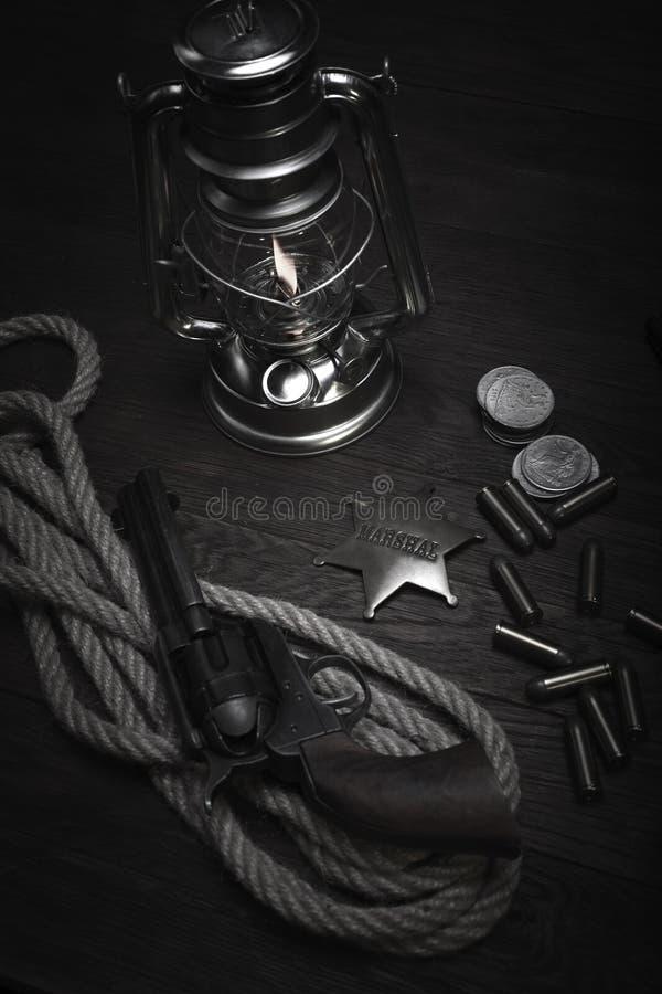 La vieille lanterne froide occidentale de souffle, rassemble l'insigne et le revolver avec des cartouches image stock